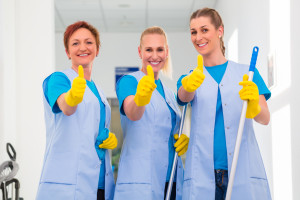 Putzfrauen im Team die den Daumen hoch zeigen